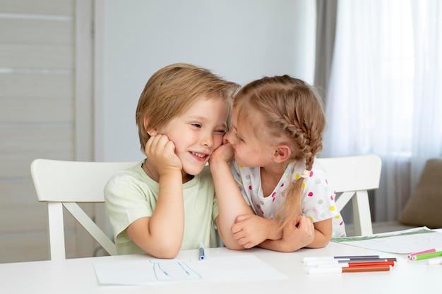 Jeunes enfants dessinant ensemble