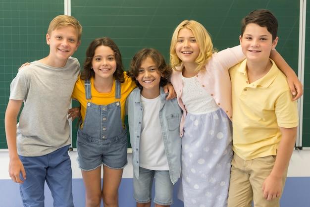 Jeunes enfants à l'école