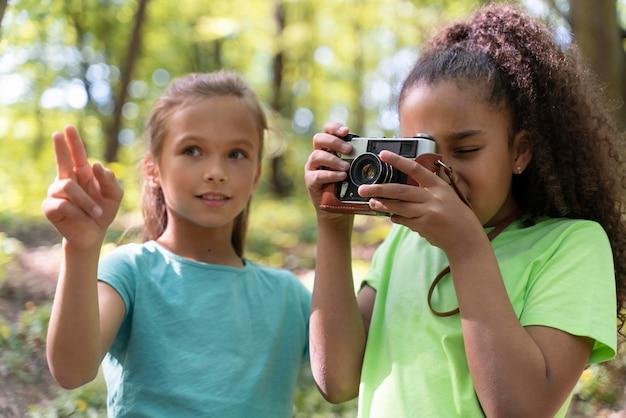 Jeunes enfants explorant ensemble la nature