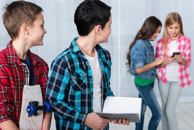 Jeunes enfants faisant différentes activités