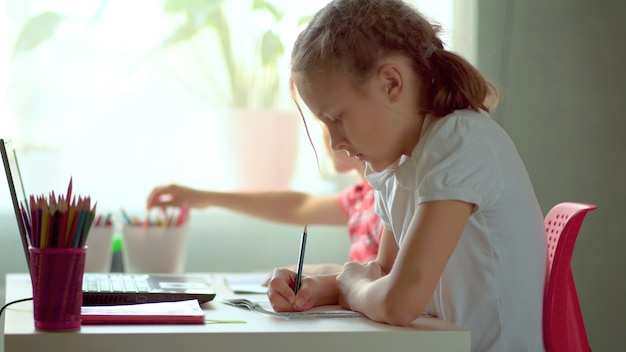 Les jeunes enfants font leurs devoirs ensemble