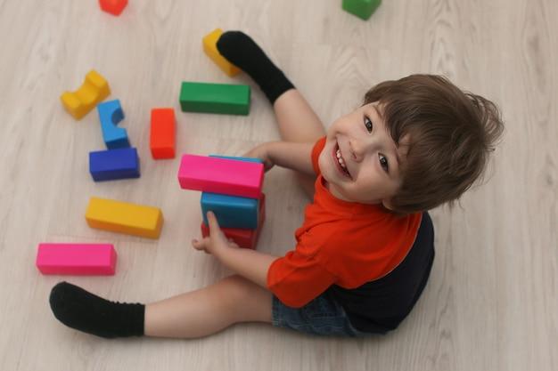 Jeunes enfants jouant sur un sol dans une chambre