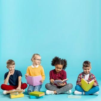 Jeunes enfants lisant des livres