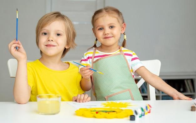 Jeunes enfants peignant ensemble