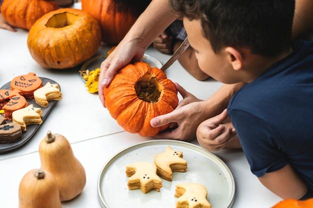 Jeunes enfants sculptant des citrouilles d'halloween