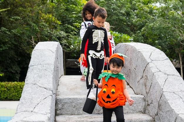 Les jeunes enfants tromper ou traiter pendant halloween
