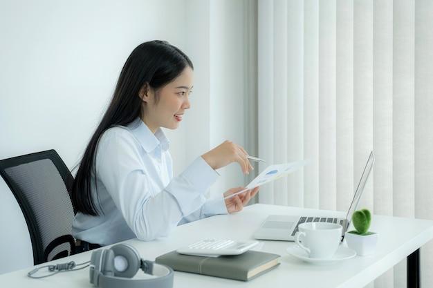 De jeunes enseignants asiatiques enseignent en ligne depuis leur bureau à domicile