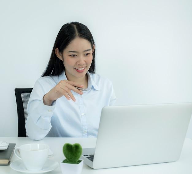 Les jeunes enseignants asiatiques enseignent en ligne de manière amusante depuis leur bureau à domicile, un concept d'enseignement de la distance sociale pendant les maladies à virus covid.