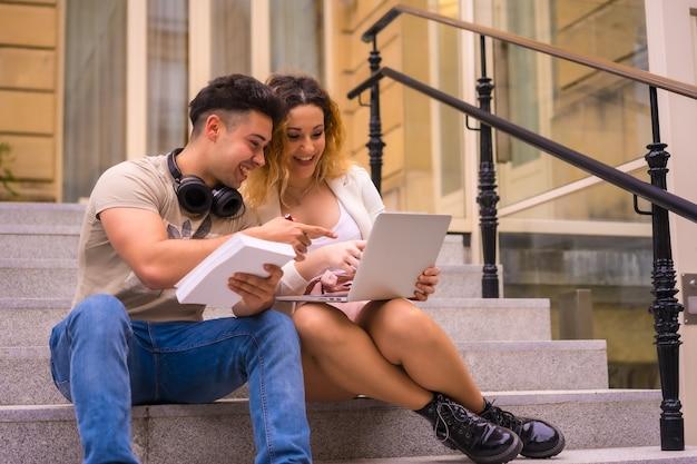 Jeunes entrepreneurs faisant un travail d'équipe. travailler sur internet avec l'ordinateur, garçon avec des écouteurs de musique