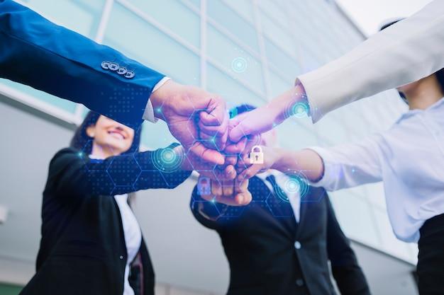 Jeunes entrepreneurs rassemblant leurs mains