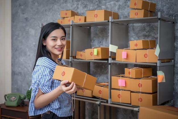 Les jeunes entrepreneurs réussissent à faire des affaires. vente en ligne d'expédition.