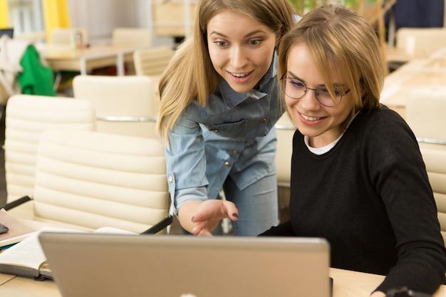 Jeunes entrepreneurs travaillant ensemble au bureau