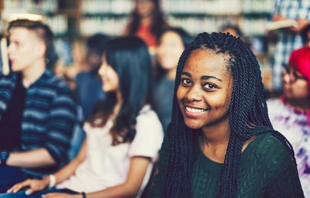 Jeunes étudiants dans une bibliothèque