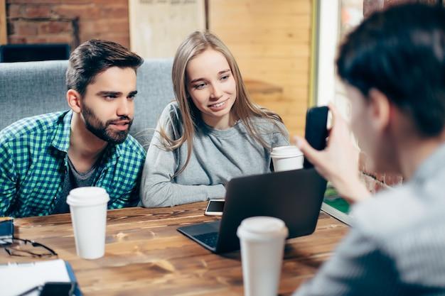 Jeunes étudiants discutant au café.