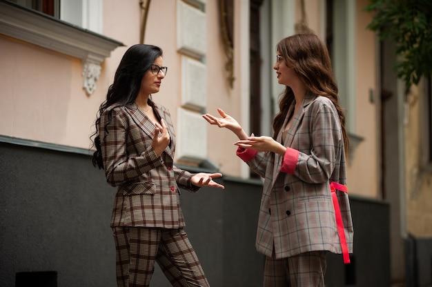 Jeunes étudiants discutant entre eux