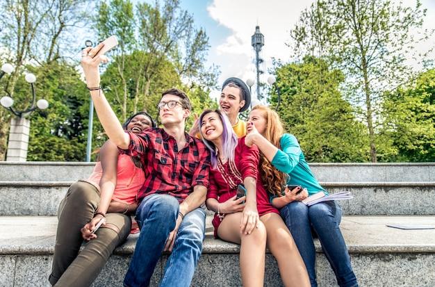 Jeunes étudiants à l'extérieur
