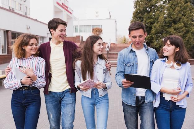 Jeunes étudiants marchons ensemble