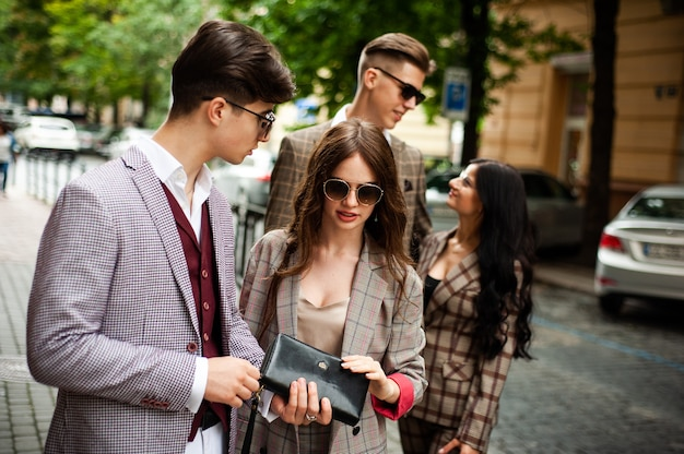 Jeunes étudiants en mode de la ville