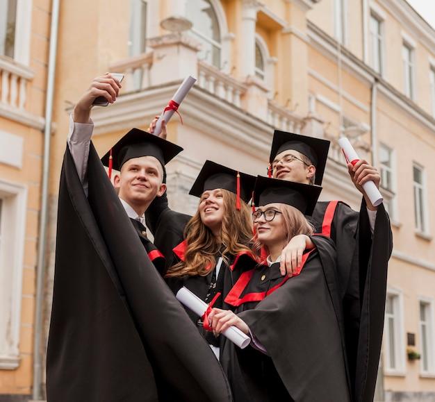Jeunes étudiants prenant selfie