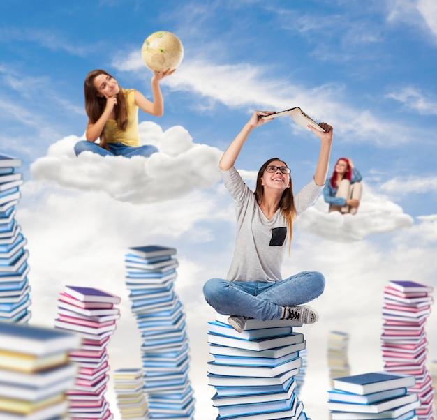 Jeunes étudiants rêvant et pensant au ciel