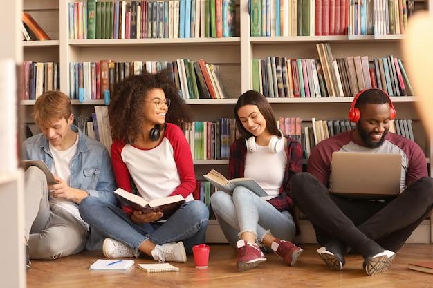 Jeunes étudiants se préparant à l'examen en bibliothèque