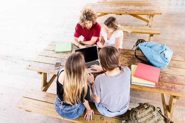 Jeunes étudiants à la table