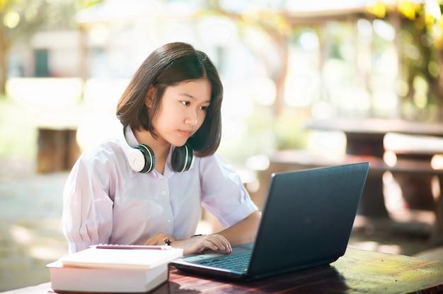 Jeunes étudiants utilisant des ordinateurs portables sur une table et se connectant au concept d'éducation et d'apprentissage sur internet
