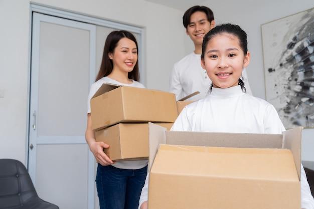 De jeunes familles asiatiques emménagent ensemble dans une nouvelle maison