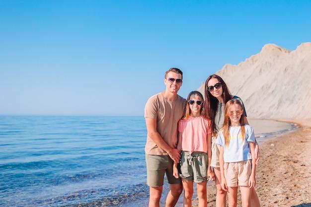 Les jeunes familles en vacances s'amusent beaucoup