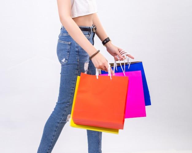 Jeunes femmes avec des achats sur fond blanc
