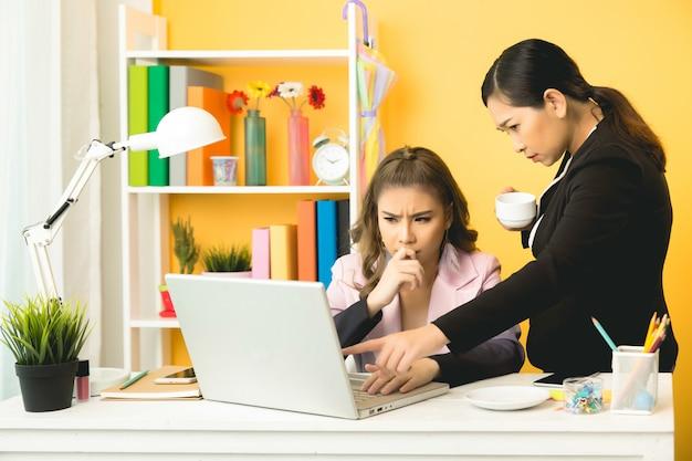 Jeunes femmes d'affaires discutant au bureau