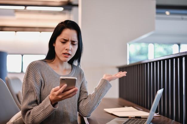 Les jeunes femmes d'affaires sont stressées au travail.