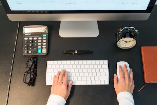 Jeunes femmes d'affaires travaillant sur l'ordinateur de bureau à la vue de dessus de bureau