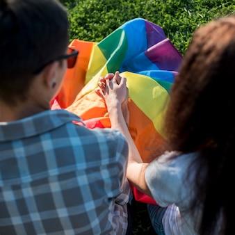 Jeunes femmes amoureuses, tenant mains, dans parc