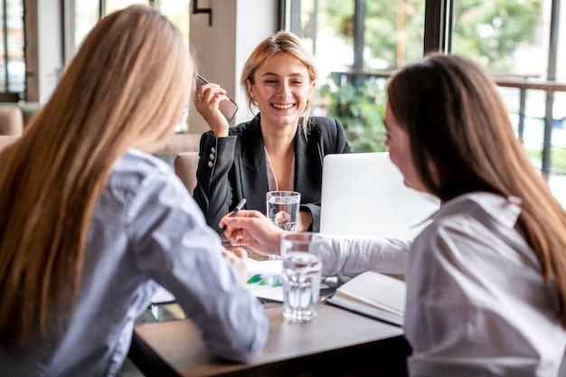 Jeunes femmes à angle élevé travaillant ensemble