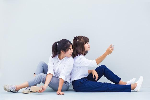 Les jeunes femmes asiatiques aiment prendre leurs selfies pour partager sur les médias sociaux avec de la place