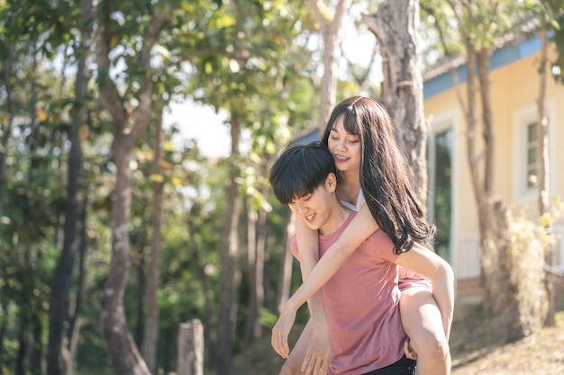 Les jeunes femmes asiatiques lgbtq couple romantique amour concept.