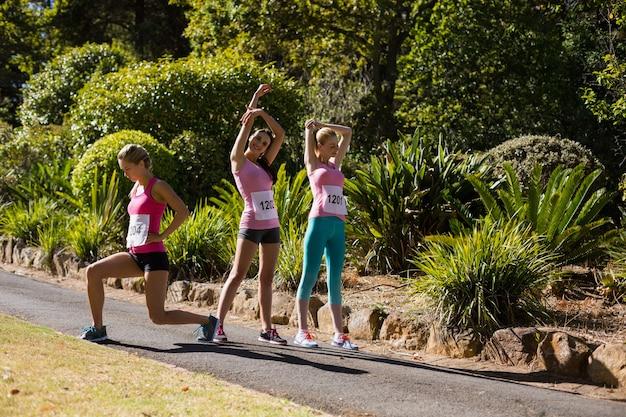 Jeunes femmes athlète exerçant