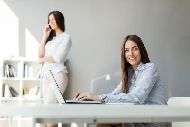 Jeunes femmes au bureau