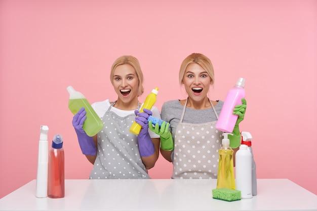 Jeunes femmes au foyer belles blondes portant des gants en caoutchouc lors de la préparation du nettoyage de printemps
