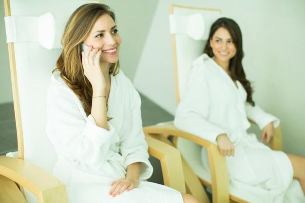 Jeunes femmes au spa