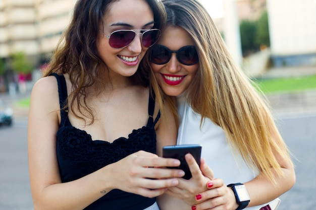 « jeunes femmes beutiful navigation téléphone »
