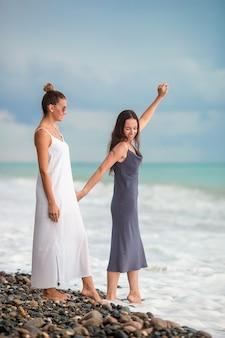 Jeunes femmes en blanc sur la plage