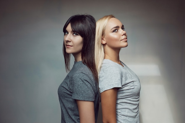 Jeunes femmes, à, chemise, sur, mur