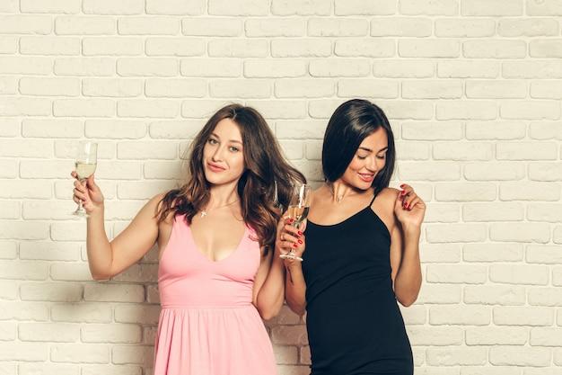 Jeunes femmes avec une coupe de champagne à la célébration