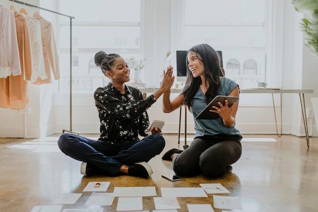 Jeunes femmes créatrices dans une boutique