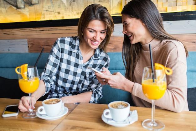 Jeunes femmes, dans, café