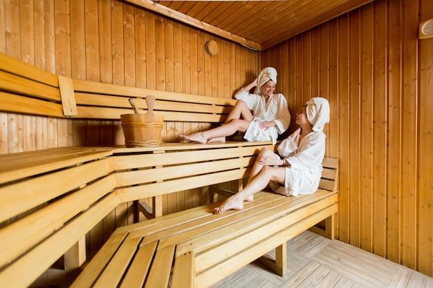 Jeunes femmes dans le sauna