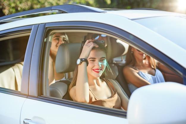 Les jeunes femmes dans la voiture en souriant