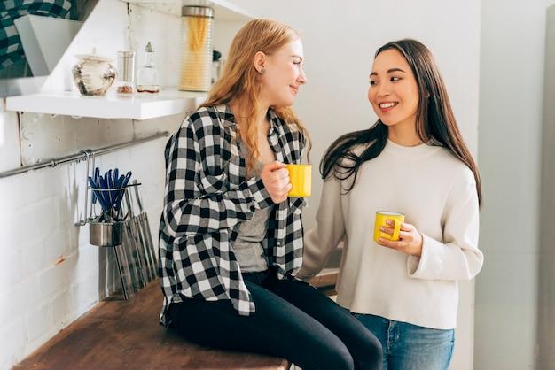 Jeunes femmes discutant en cuisine